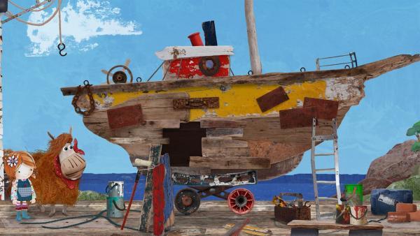Barne entdeckt ein Boot, mit dem er in See stechen könnte, doch die alte Berta hat ein Loch.   Rechte: KiKA/Sixteen South