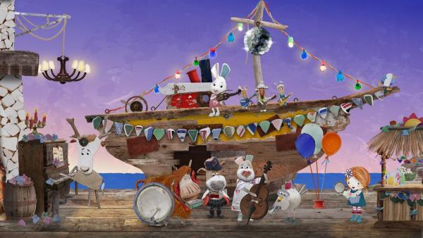 Im sicheren Hafen musizieren Lily und die Bewohner von Strandschatz Eiland gemeinsam auf ihrer Matinee. | Rechte: KiKA/Sixteen South