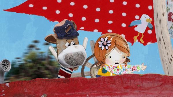 Lily und Salty geraten mit der Delilah in einen Strudel und müssen sich gut festhalten. | Rechte: KiKA/Sixteen South