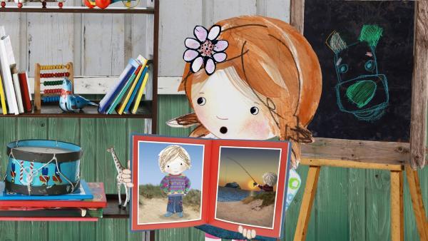 Lily findet ein altes Foto von ihrem Vater, als dieser ungefähr so alt war wie sie. | Rechte: KiKA/Sixteen South
