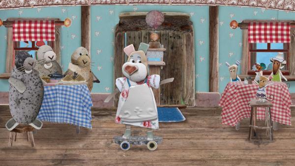 Heute ist unglaublich viel los und Nonna rast hektisch auf ihrem Skateboard durch das Muschelcafé. | Rechte: KiKA/Sixteen South