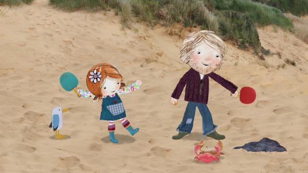 Lily und ihr Papa spielen Tischtennis am Strand und beobachten neugierig ein Wettrennen zweier Krebse. | Rechte: KiKA/Sixteen South
