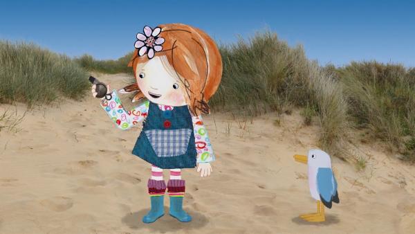 Lily hat einen ganz besonderen Schatz gefunden, eine Trillerpfeife.   Rechte: KiKA/Sixteen South