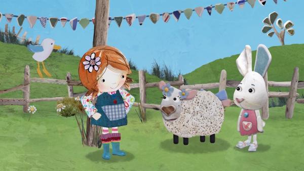 Lily findet, dass Flöckchens Schaf mit den Blümchen sehr hübsch ausschaut.   Rechte: KiKA/Sixteen South