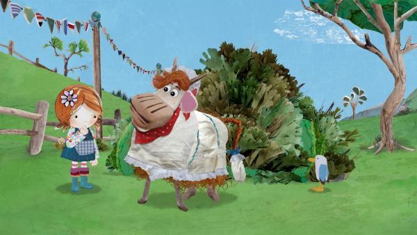 Barne versucht, sich als falsches Schaf unter die Teilnehmer des Wettrennens zu schmuggeln.   Rechte: KiKA/Sixteen South