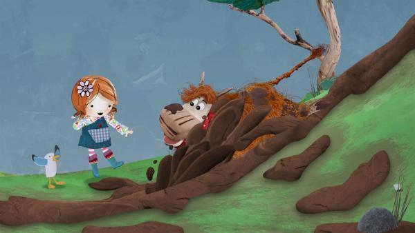 Lily und Pele staunen, wie der jauchzende Barne seine Matschrutsche herunterrast.   Rechte: KiKA/Sixteen South