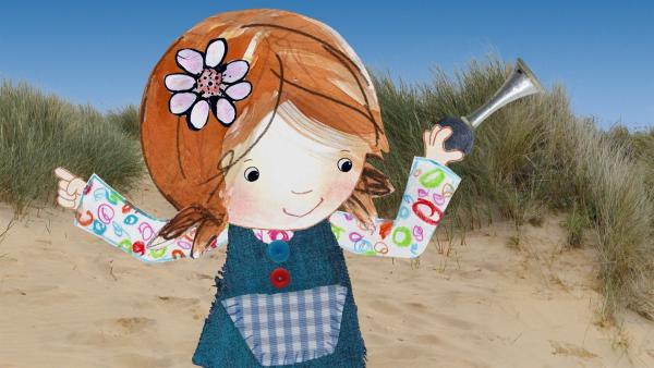 Im feinen Sand haben Lily und Pelle einen wunderschönen Strandschatz gefunden: eine Hupe. | Rechte: KiKA/Sixteen South