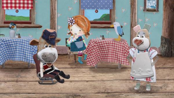Lily und Nonna staunen nicht schlecht, als Salty auf seinem Schleudersitz in Nonnas Muschelcafé hineinrutscht. | Rechte: KiKA/Sixteen South