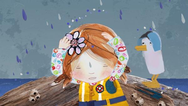 Als Lily und Pelle mit Salty nach Strandschatz Eilandsegeln, beginnt es dicke Tropfen zu regnen. | Rechte: KiKA/Sixteen South