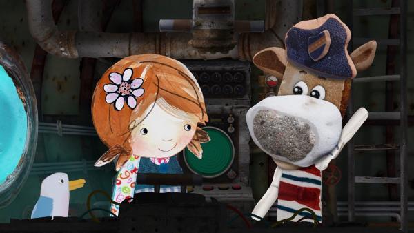 Salty zeigt Lily und Pelle alle wichtigen Geräte und Knöpfe in der Nauti. | Rechte: KiKA/Sixteen South