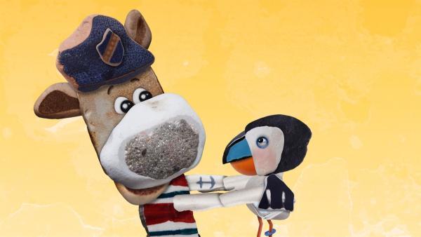 Puffin beschließt zu bleiben und Salty schließt ihn überglücklich in seine Arme. | Rechte: KiKA/Sixteen South