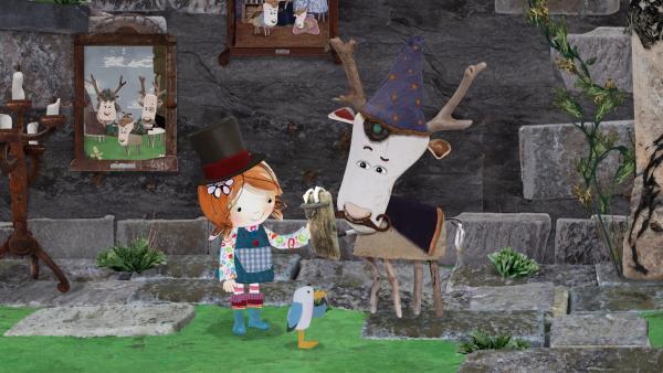 Mit ihren Hüten sehen Lily und Lord von Hirsch wirklich zauberhaft aus.   Rechte: KiKA/Sixteen South