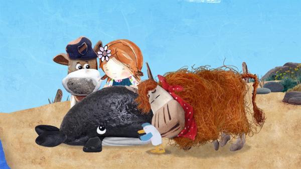 Zusammen versuchen Salty, Lily, Pelle und Barne den kleinen Wal zurück ins Meer zu schieben.  | Rechte: KiKA/Sixteen South