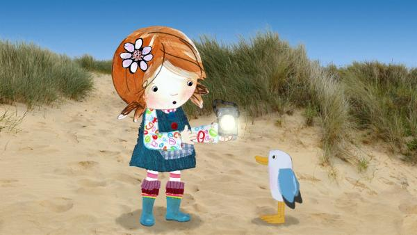 Lily und Pelle haben eine Kurbellampe am Strand gefunden und überlegen, was man damit anstellen kann. <br/> | Rechte: KiKA/Sixteen South