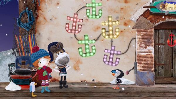 Stolz zeigt Salty Lily die Lichterkette, mit der er und Puffin auch sein Haus weihnachtlich geschmückt haben.   Rechte: KiKA/Sixteen South