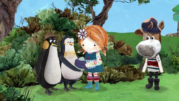 Lily gibt den Pinguinen ihren Schal, damit sie das Ei damit einwickeln und wärmen können. | Rechte: KiKA/Sixteen South