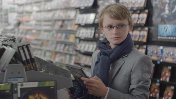 Lenni (Jonas Tidemann) versucht ein Computerspiel zu kaufen, das erst ab 16 freigegeben ist. | Rechte: ZDF/Morten Halfstad Forsberg