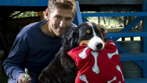 Fritz Fuchs (Guido Hammesfahr) und Keks sind bereit für die Nacht. Hund Keks freut sich schon auf sein nächtliches Abenteuer. | Rechte: ZDF/Zia Ziarno
