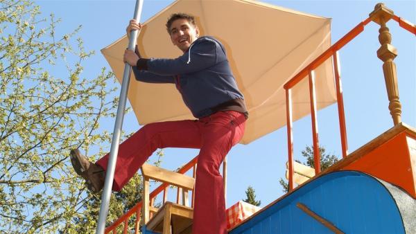 Blitzschnell abwärts - an der Stange kann Fritz Fuchs (Guido Hammesfahr) in Windeseile von der Dachterrasse des Bauwagens herunterrutschen. | Rechte: ZDF/Christiane Pausch