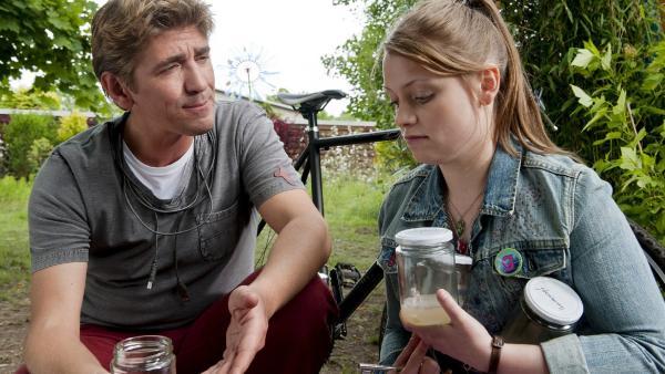 Fritz Fuchs (Guido Hammesfahr) und seine Kusine Charlie (Géraldine Raths) haben eine ganz besondere Bakterienzucht angelegt. | Rechte: ZDF/Antje Dittmann