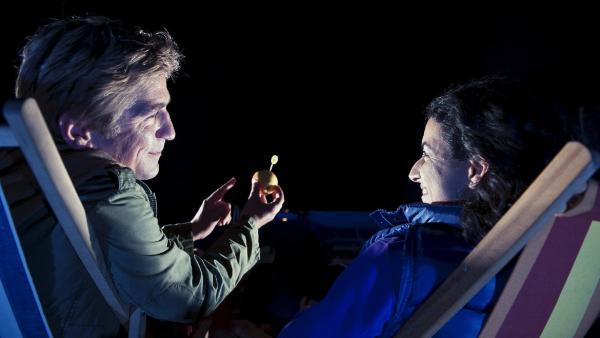 Fritz Fuchs (Guido Hammesfahr) will Yasemin (Sanam Afrashteh) am Abend seine neu entdeckte Himmelserscheinung zeigen.   Rechte: ZDF/Antje Dittmann