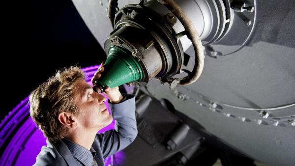 Fritz Fuchs (Guido Hammesfahr) will im astrologischen Institut hinter das Geheimnis der Himmelserscheinung kommen.   Rechte: ZDF/Antje Dittmann