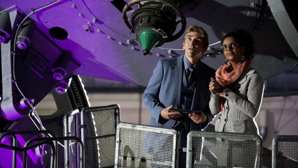 Fritz Fuchs (Guido Hammesfahr) hat im astrologischen Institut mit Frau Prof. Alonso (Dennenesch Zoudé) das Geheimnis der Himmelserscheinung gelüftet.   Rechte: ZDF/Antje Dittmann