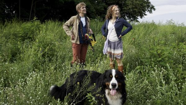 Fritz Fuchs (Guido Hammesfahr) und Keks lernen Frieda (Alessija Lause) kennen. Sie ist Lehrerin und ein echter Schmetterlingsfan. | Rechte: ZDF/Antje Dittmann