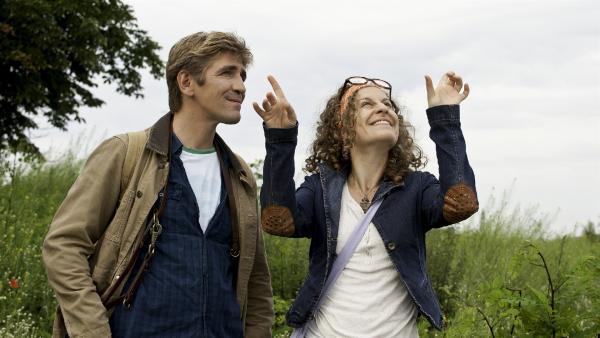 Fritz (Guido Hammesfahr) und Frieda (Alessija Lause) beobachten Schmetterlinge. | Rechte: ZDF/Antje Dittmann