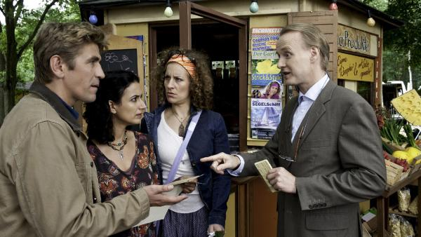 Heinz Kluthe (Holger Handtke) hat schlechte Nachrichten für Yasemin (Sanam Ahrashteh), Fritz Fuchs (Guido Hammesfahr) und Frieda (Alessija Lause) können es nicht glauben, der Kiosk soll weg. | Rechte: ZDF/Antje Dittmann