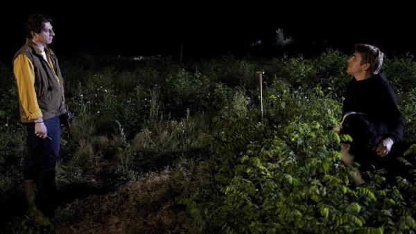 Ertappt! Fritz (Guido Hammesfahr) wird von Gutachter Hanno (Georg Veitl) nachts auf der Wiese entdeckt. | Rechte: ZDF/Antje Dittmann