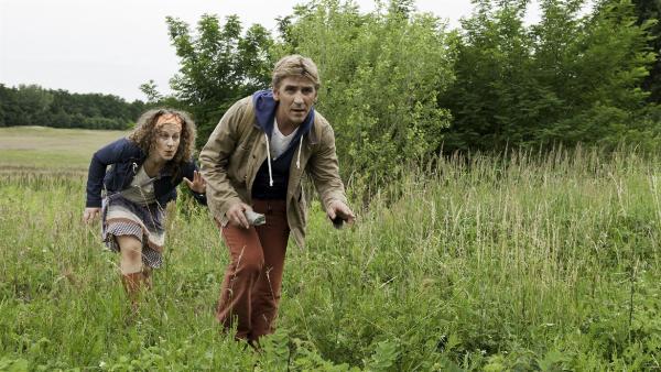Fritz (Guido Hammesfahr) und Frieda (Alessija Lause) schleichen sich heimlich auf die Wildwiese, um bedrohte Schmetterlinge zu finden. | Rechte: ZDF/Antje Dittmann