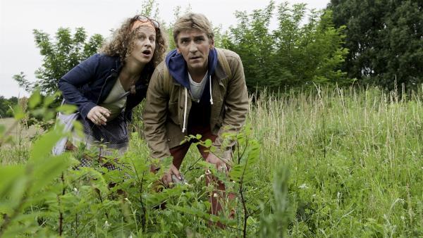 Fritz (Guido Hammesfahr) und Frieda (Alessija Lause) beobachten den Gutachter - wie ist die Wildwiese zu retten? | Rechte: ZDF/Antje Dittmann