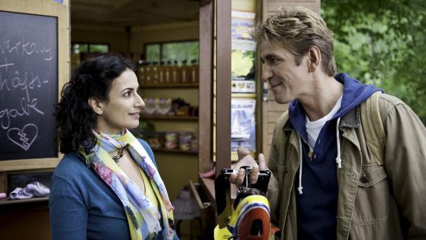 Fritz (Guido Hammesfahr) verspricht Yasemin (Sanam Afrashteh), den Kiosk zu retten. | Rechte: ZDF/Antje Dittmann