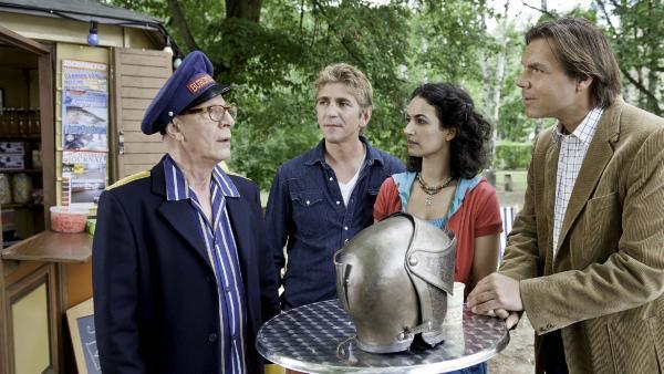 Am Kiosk bei Yasemin (Sanam Afrashteh) und Fritz (Guido Hammesfahr) findet der Burgführer (Michael Gerber) endlich seinen Direktor (Max Hopp, re): Nie wieder wird er Greifenklau betreten! | Rechte: ZDF/Antje Dittmann