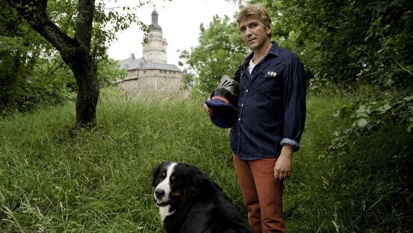 Fritz Fuchs (Guido Hammesfahr) will mit seinem Hund Keks dem Gespenst der alten Burg auf die Schliche kommen. | Rechte: ZDF/Antje Dittmann