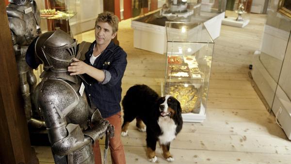 Fritz Fuchs (Guido Hammesfahr) meistert  seinen Job im Burgmuseum bestens. Der wertvolle Helm der alten Rüstung ist wieder am richtigen Platz. | Rechte: ZDF/Antje Dittmann