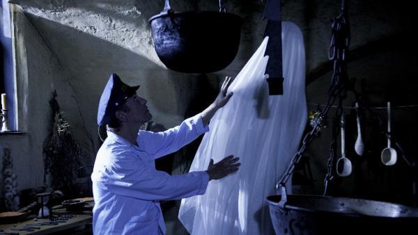Das Gespenst , das auf der Burg sein Unwesen treibt ist aufgetaucht. Fritz Fuchs (Guido Hammesfahr) will endlich herausfinden, was dahinter steckt. | Rechte: ZDF/Antje Dittmann