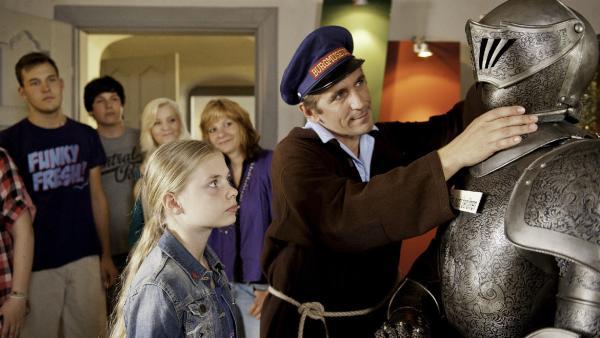 Fritz Fuchs (Guido Hammesfahr) meistert seinen Job als Burgführer bestens. Ob das der alte Helm vom Burggeist ist? | Rechte: ZDF/Antje Dittmann