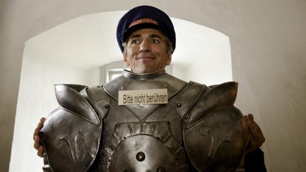 Der wertvolle Helm der Ritterrüstung ist verschwunden. Als Burgführer versucht Fritz Fuchs (Guido Hammesfahr) das beste aus der Situation machen. | Rechte: ZDF/Antje Dittmann
