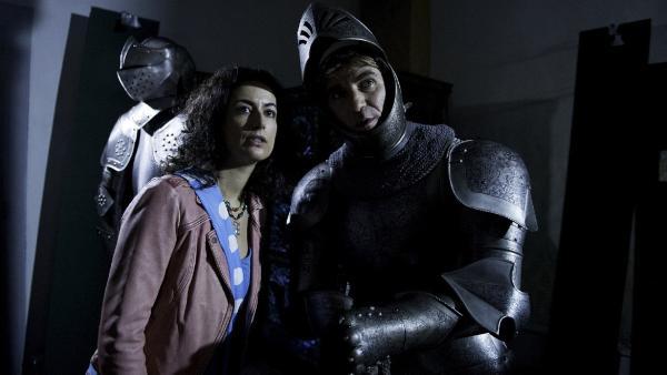 Nachts ist es ganz schön unheimlich in der Burg - besonders wenn man wie Fritz (Guido Hammesfahr) und Yasemin (Sanam Afrashteh) dem Burggespenst auf der Spur ist. | Rechte: ZDF/Antje Dittmann