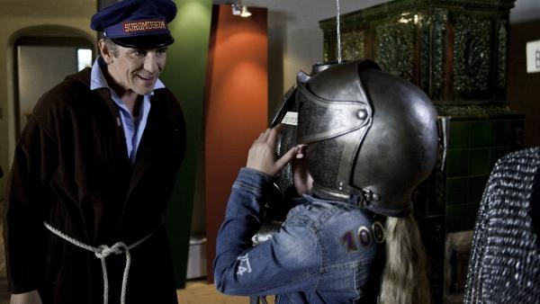 Fritz Fuchs (Guido Hammesfahr) hat seine ganz eigenen Vorstellungen davon, wie man Burgführungen gestaltet. Ob er dem Gespenst so auf die Schliche kommt? | Rechte: ZDF/Antje Dittmann