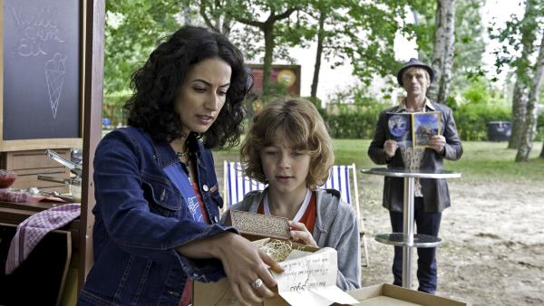 Yasemin (Sanam Afrashteh) hat ein  Päckchen mit einer geheimnisvollen Botschaft bekommen. Nicht nur Max (Max Boekhoff) interessiert sich dafür, sondern auch der undurchsichtige Hasso Hotzrogger (André M. Hennicke) | Rechte: ZDF/Antje Dittmann