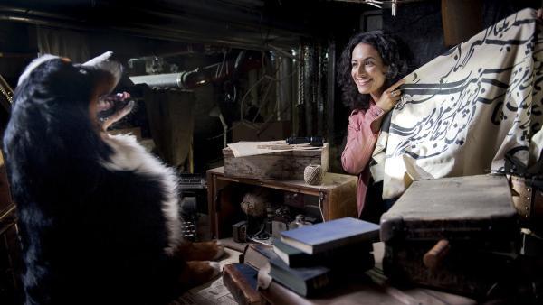 Yasemin (Sanam Afrashteh) findet ein altes Tuch mit arabischen Buchstaben. Es weist ihr den Weg zum Schatz . Mit ihr freut sich Hund Keks. | Rechte: ZDF/Antje Dittmann