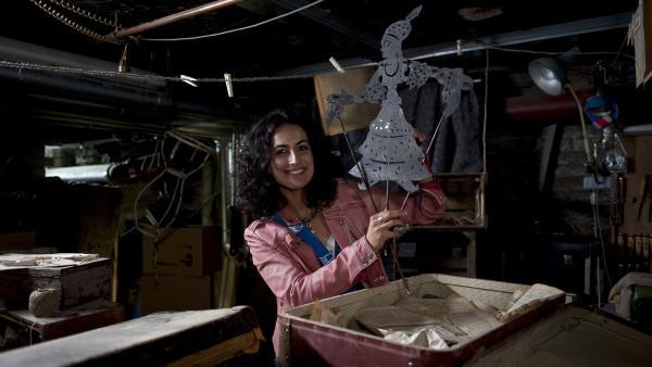 Yasemin (Sanam Afrashteh) ist dem Geheimnis der verschlüsselten Botschaften dicht auf der Spur. Die Schattenspielfiguren führen sie zu dem Schatz. | Rechte: ZDF/Antje Dittmann