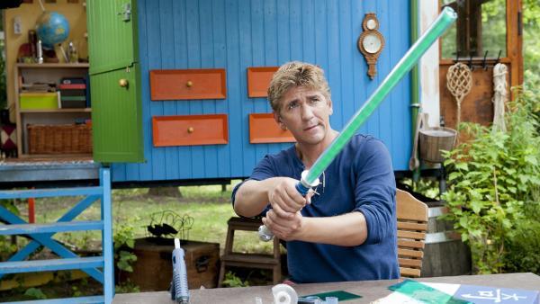 Fritz Fuchs (Guido Hammesfahr) konstruiert für sein Patenkind ein geniales Lichtschwert. | Rechte: ZDF/Antje Dittmann