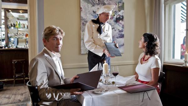 Fritz (li., Guido Hammesfahr) und Yasemin (Sanam Afrashteh) wollen es sich im französischen  Restaurant von Alphonse (Mi., Ludger Pistor) so richtigen gut gehen lassen. Aber was genau ist das da auf der Speisekarte? | Rechte: ZDF/Antje Dittmann