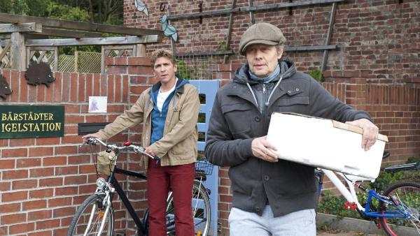 Fritz Fuchs (Guido Hammesfahr) beobachtet den Futterlieferanten von der Igelstation (Thomas Bading), irgendwie verhält der sich merkwürdig. | Rechte: ZDF/Antje Dittmann