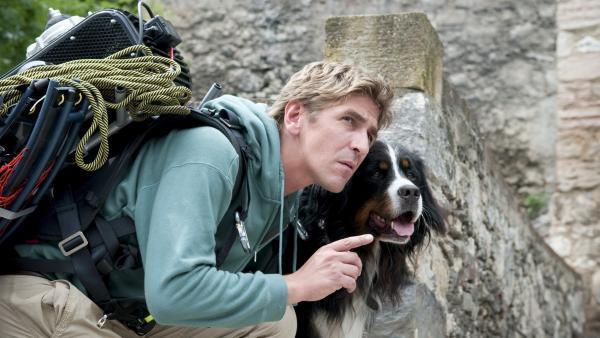Fritz Fuchs (Guido Hammesfahr) und Keks versuchen in die Burg zu gelangen.   Rechte: ZDF/Stephan Rabold
