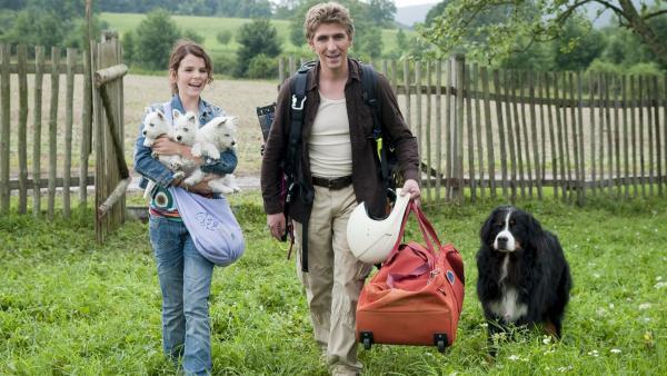 Laila (Ruby O. Fee), Fritz Fuchs (Guido Hammesfahr) und Keks haben drei Hundewelpen gefunden. | Rechte:  ZDF/Stephan Rabold